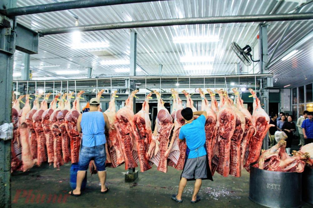 Giá thịt heo ngang ngửa với giá thịt bò do thiếu hụt nguồn cung