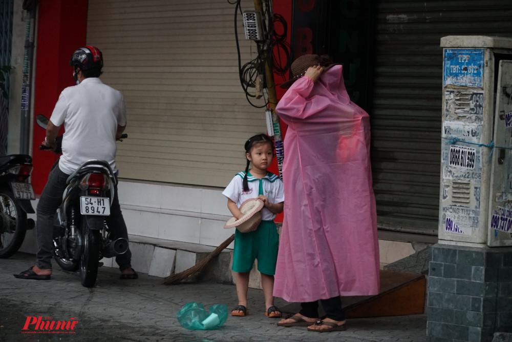Một bé gái được bà đưa đến trường muộn hơn so với ngày thường