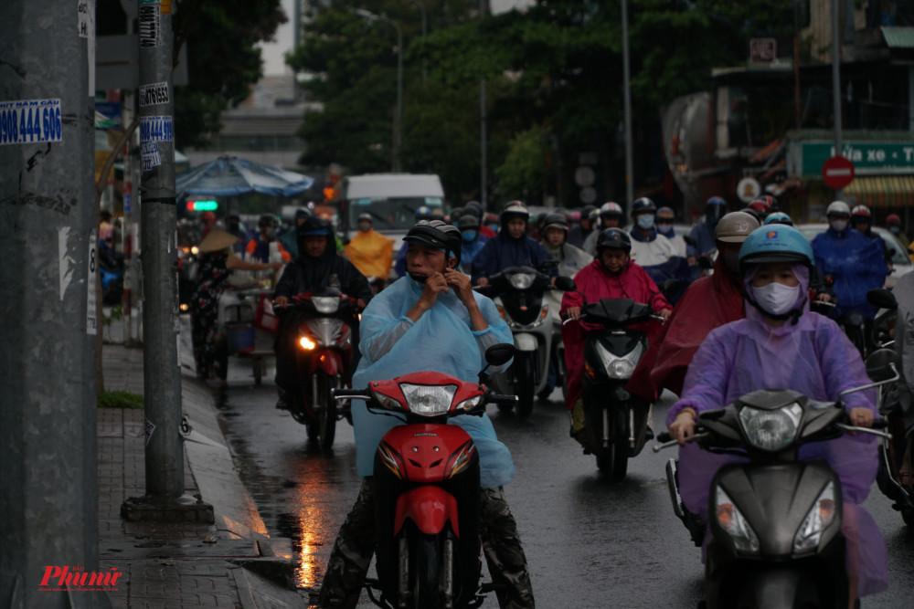 Tờ mờ sáng, TPHCM đã xuất hiện mưa nặng hạt