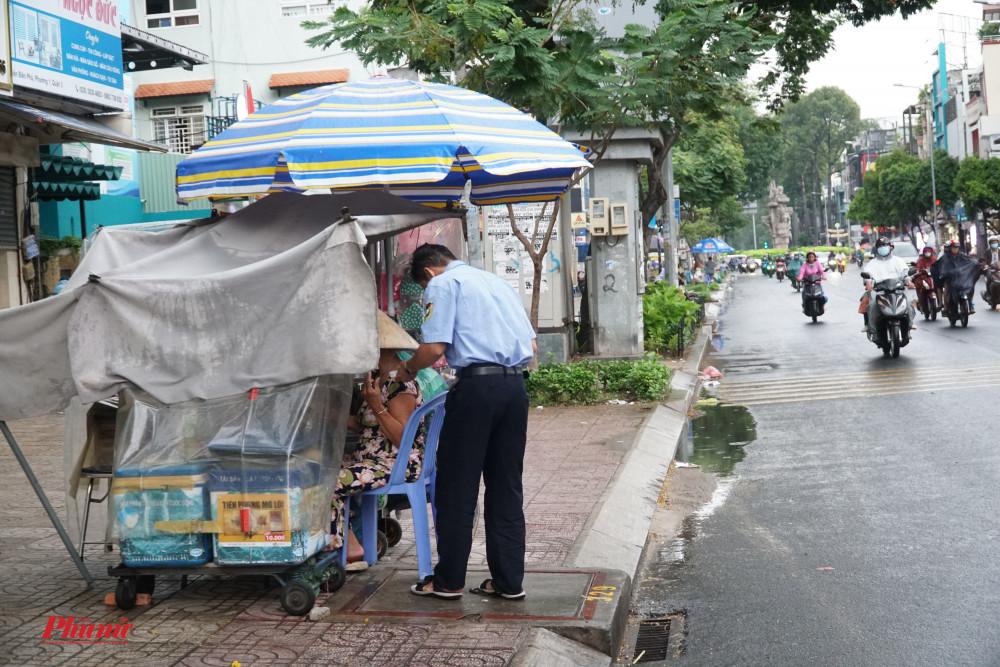 Sạp bán hàng ven đường được che chắn kỹ càng