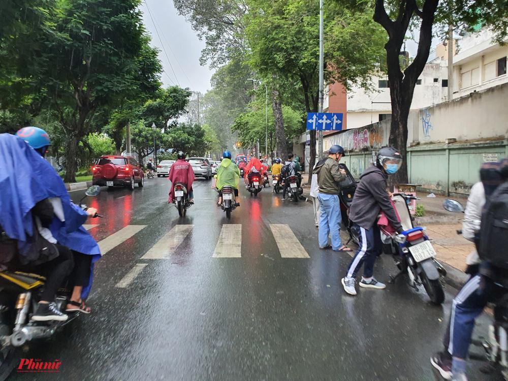 Cơ mưa bất ngờ khiến người người ướt sũng