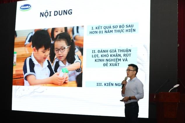 Ông Nguyễn Quang Thái, Giám đốc Phát triển hoạt động cộng đồng Vinamilk báo cáo về việc triển khai chương trình sữa học đường trong thời gian vừa qua tại Hà Nội