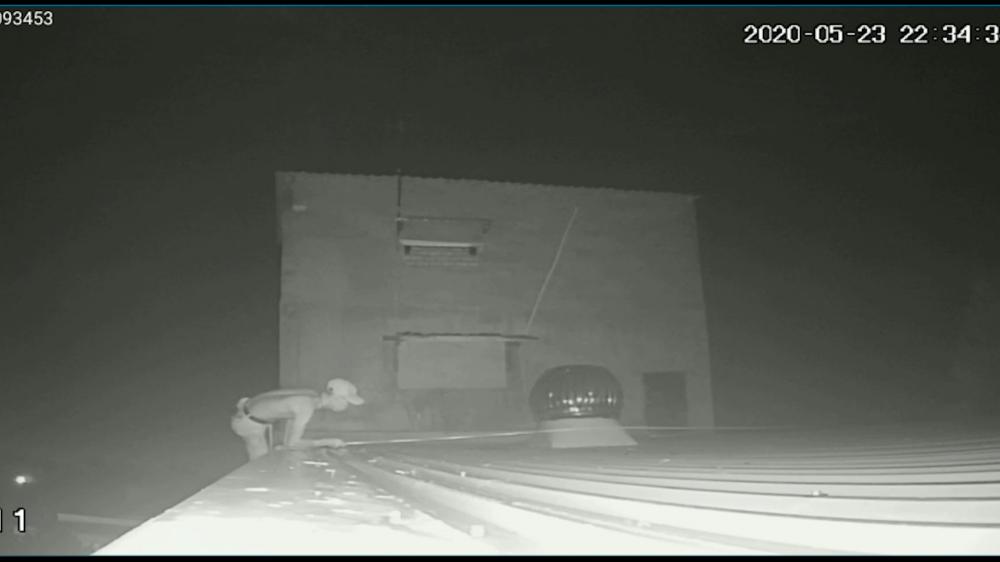 Hai đối tượng dùng dây dù, đu trèo lên mái nhà