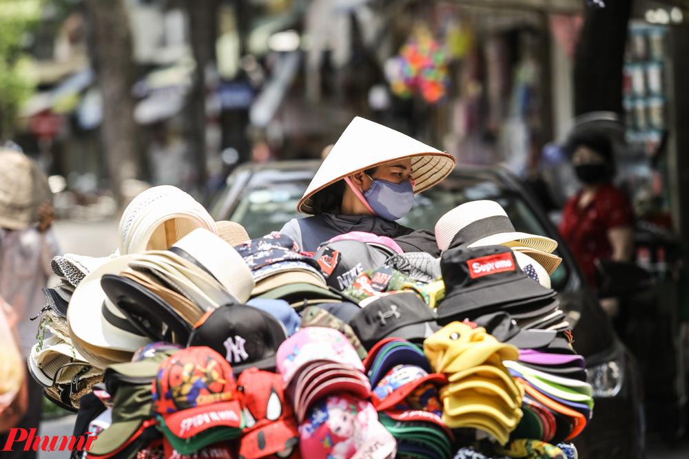 Những người khác thì phải mặc đồ dày và trang bị các mũ, khẩu trang.