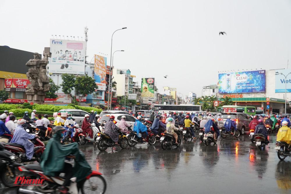 Ngã 6 Điện Biên Phủ xảy ra kẹt xe, phuong tiện di chuyển khó khăn khi qua đây.