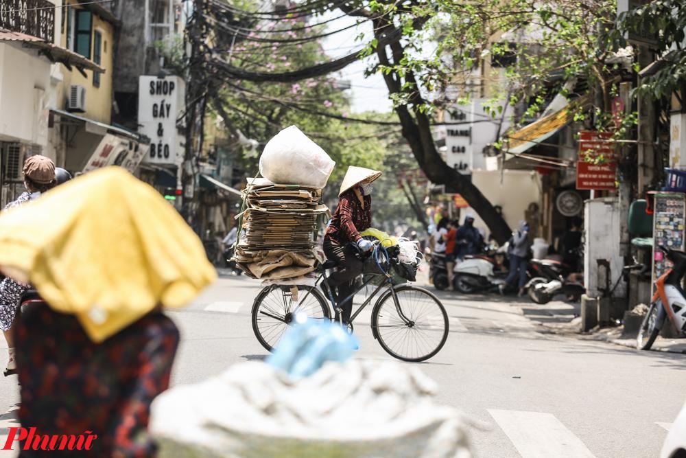 Trưa ngày 25/5, ghi nhận tại phố cổ Hà Nội, nhiều người dân lao động vẫn làm việc trong cái nắng đầu hè.