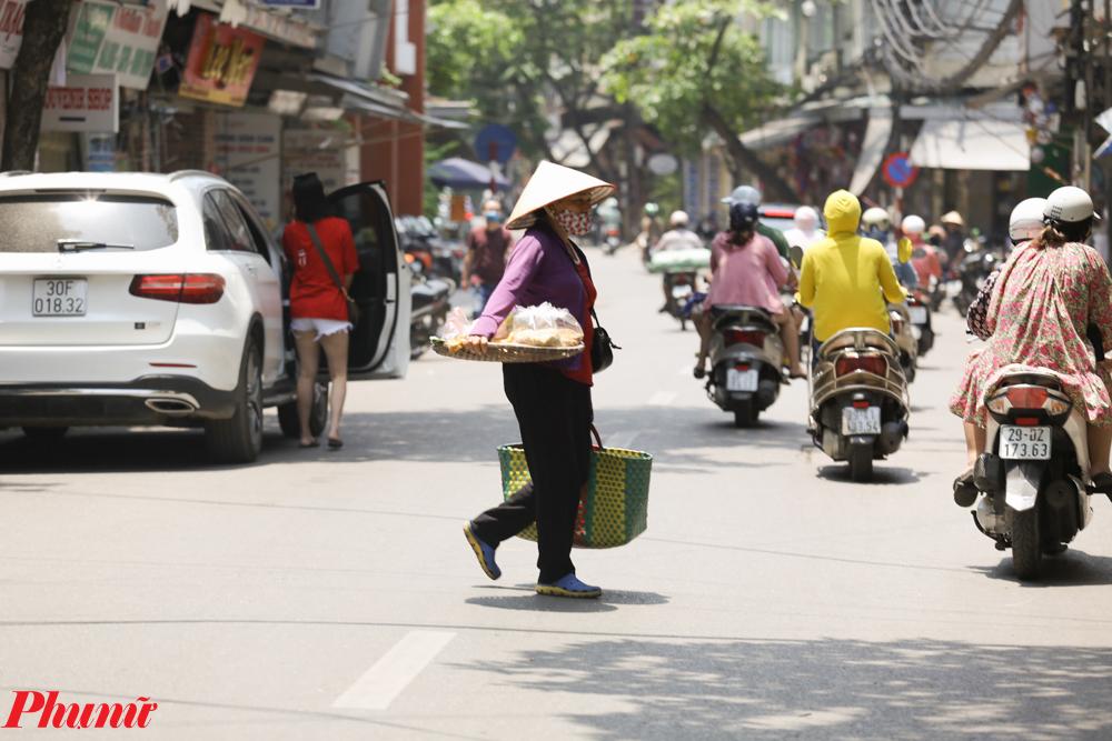Nhiệt độ cao khiến cuộc sống sinh hoạt của người dân Hà Nội bị ảnh hưởng. Phần lớn người dân hạn chế ra đường vào lúc giữa trưa, khi nhiệt độ ở mức cao nhất. Tuy nhiên phần lớn người lao động phải mưu sinh ngoài đường khó có thể tránh được sự khắc nghiệt này.