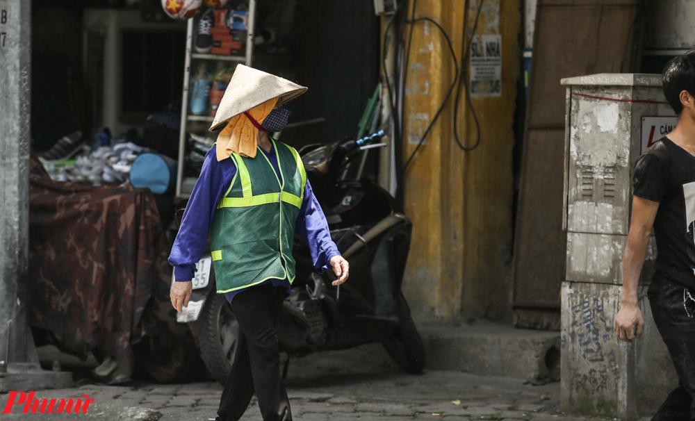 Trong đó cũng có những công việc quan trọng như công nhân vệ sinh môi trường, những người không thể thiếu. Họ cũng thường xuyên phải làm việc trong thời tiết khắc nghiệt để đảm bảo vệ sinh hè phố.