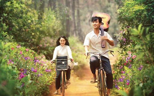 Đồi hoa sim tím trong phim được đạo diễn Victor Vũ cho mang hoa đến để bày trí. Nếu du khách đến  chỉ có thể thấy cây cối, không có hoa như trên phim.