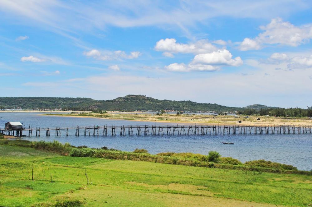 Cầu gỗ Ông Cọp cũng được ê-kíp đoàn phim chọn thực hiện cảnh quay. Đây là cây cầu gỗ dài nhất Việt Nam, toạ lạc