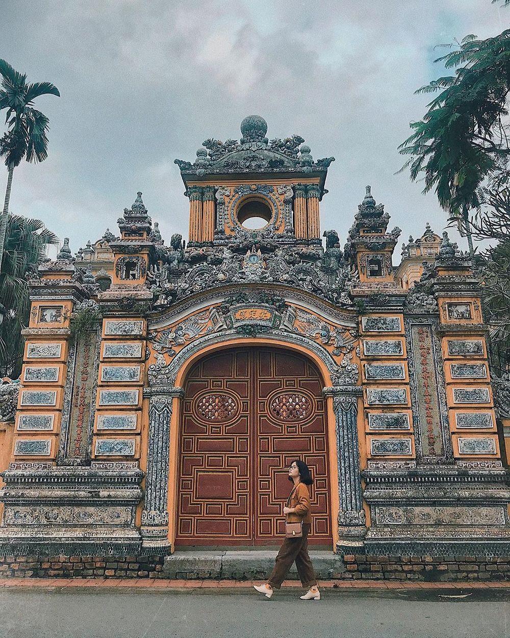 Bên ngoài cổng cung An Định trở thành bức tường chụp ảnh khá lý tưởng nếu các bạn trẻ ăn mặc cùng tông màu.