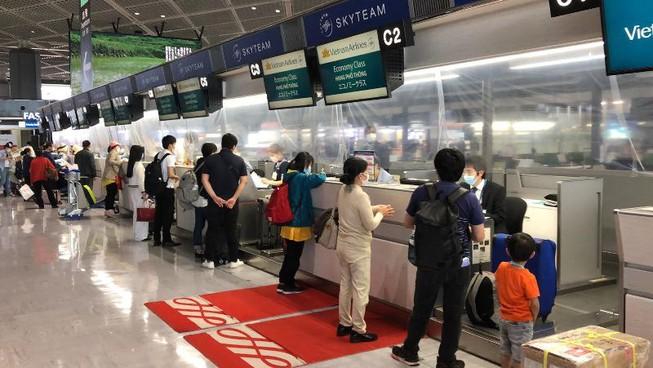 Các công dân Việt Nam làm thủ tục tại sân bay của Nhật Bản.