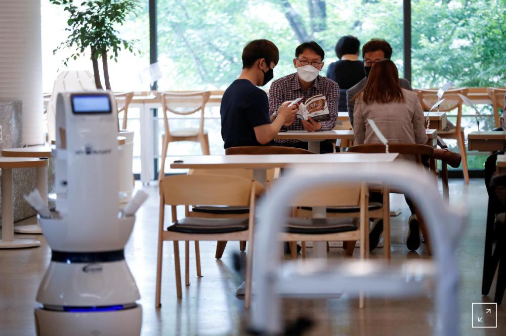 Han Quoc: Thue robot lam nhan vien phuc vu quan ca phe