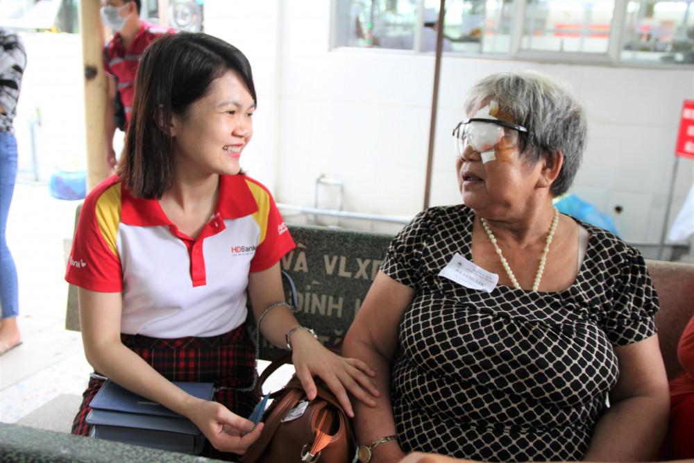 Nhân viên HDBank thăm hỏi tặng quà cho bà con. Ảnh: HDBank cung cấp