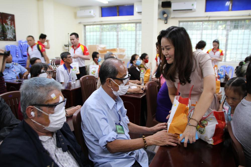 Bà Trần Thu Hương - Phó giám đốc phụ trách Khối Vận hành HDBank và cán bộ nhân viên HDBank thăm hỏi tặng quà cho bà con