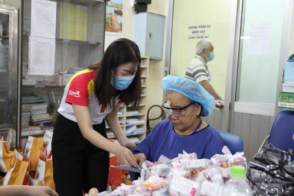 Nhân viên HDBank hỗ trợ chăm sóc bệnh nhân tại Bệnh viện Nguyễn Trãi. Ảnh: HDBank cung cấp