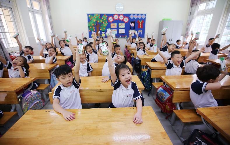 Các em học sinh tại Hà Nội thụ hưởng chương trình Sữa học đường ngay khi đi học lại sau thời gian giãn cách do dịch COVID-19. Ảnh: Vinamilk cung cấp