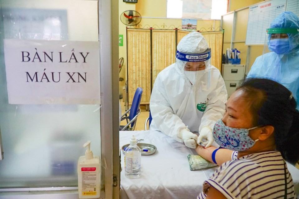 Việc khám sàng lọc, lấy mẫu máu xét nghiệm trong mùa dịch COVID-19 khiến nhân viên y tế gặp nhiều khó khăn nếu người dân không hợp tác, ảnh minh họa.