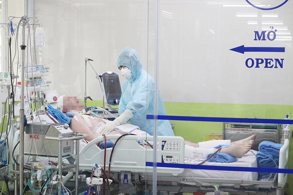 Bác sĩ đang kiếm tra bệnh cho phi công Vietnam Airlines, ảnh BVCC
