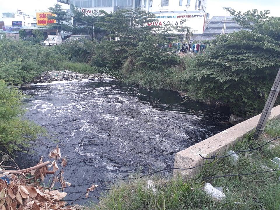 Dạ kênh tham lương dưới lòng cầu bưng bị tắc ứ. Nước kênh đen ngòm xộc mùi hôi thối khiến người dân ngán ngẩm