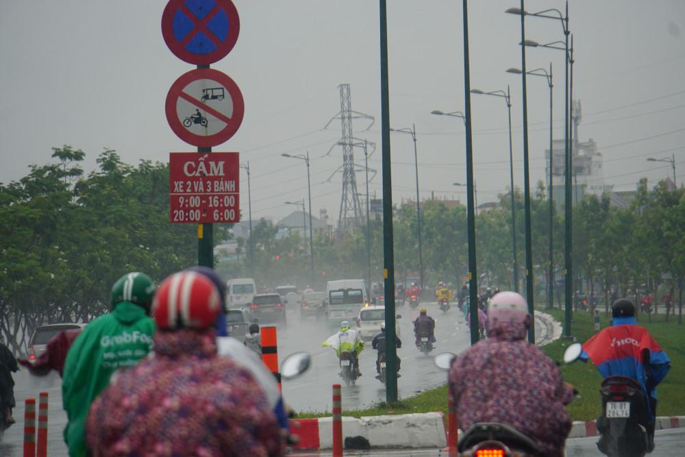 Sáng nay, khắp nơi TP.HCM xuất hiện mưa dông kéo dài nhiều giờ