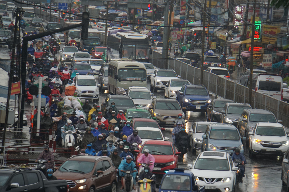 Nhiều tuyến đường xảy ra tình trạng ùn ứ cục bộ, giao thông rối loạn