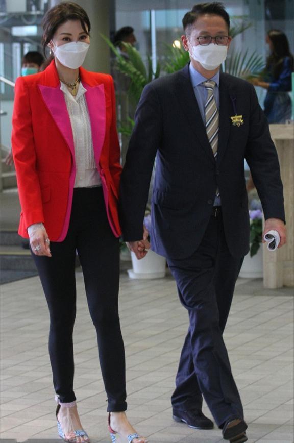 Đại gia Hứa Tấn Thanh nắm tay vợ không rời trong suốt sự kiện