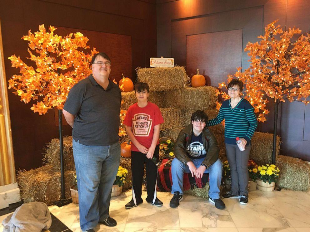 Tom Jordan (ngồi) chụp ảnh cùng em trai Marshall, 14 tuổi, và bố mẹ.