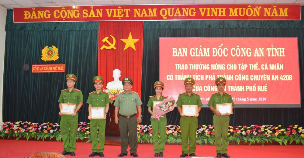 Đại tá Lê Văn Vũ - Phó Giám đốc Công an tỉnh đã trao thưởng nóng cho Ban chuyên án 420B bắt nhanh