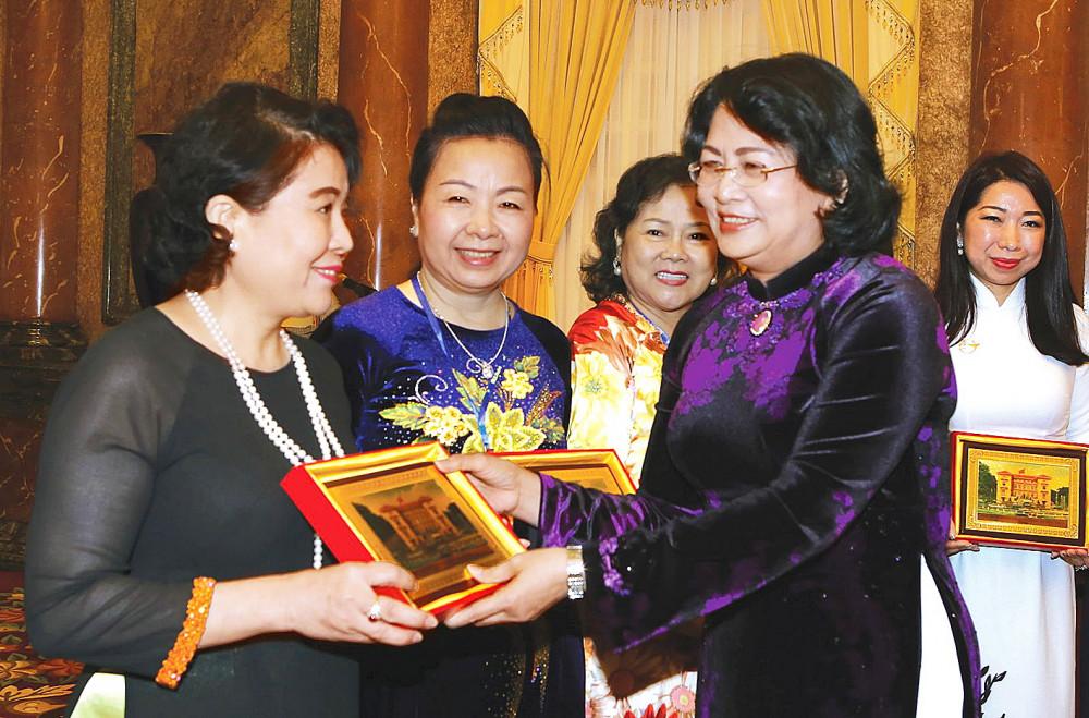 Phó chủ tịch nước Đặng Thị Ngọc Thịnh gặp gỡ các nữ doanh nhân