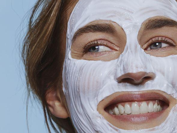 Đắp mặt nạ là cách hiệu quả, nhanh chóng để cấp ẩm cho làn da có dấu hiệu lão hóa,