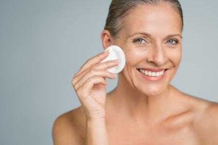 Rửa mặt và dùng nước hoa hồng, bước căn bản không thể thiếu trong chăm sóc da