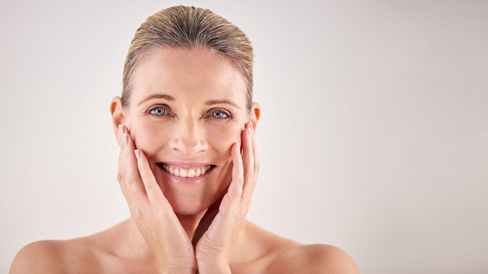 Sử dụng serum và kem dưỡng ẩm phù hợp giúp giữ làn da 'không tuổi