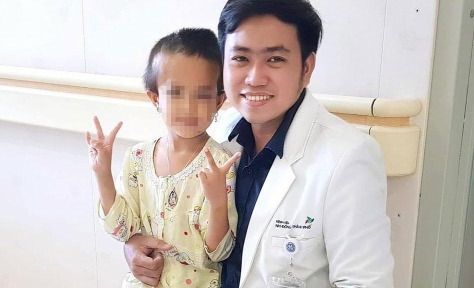 Các bác sĩ Bệnh viện Nhi đồng Thành phố vui mừng khi bé H. đã lành lặn