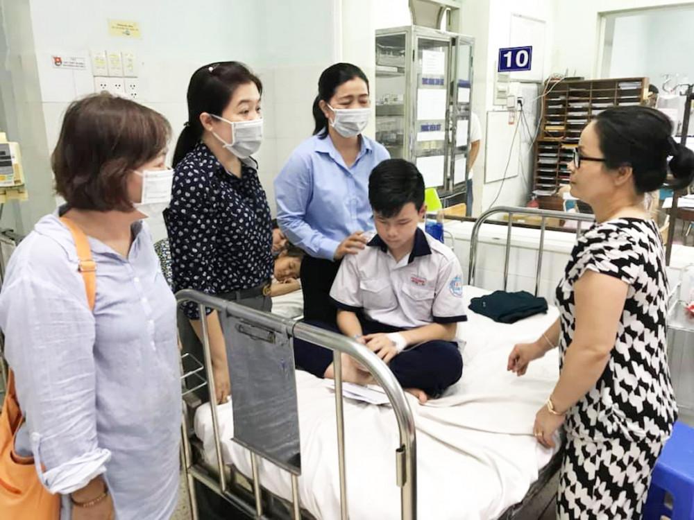 Đoàn đến thăm các bé tại bệnh viện