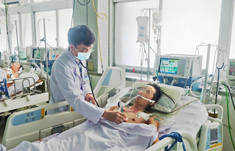 Bác sĩ Nguyễn Thanh Thái khi mắc suy tim phải chạy ECMO điều trị - ảnh: Hiếu Nguyễn