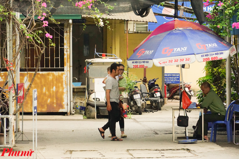 Với nhiệt độ cao nhất ở ngoài trời có lúc lên tới hơn 40 độ C, Hà Nội đã trải qua một tuần với thời tiết vô cùng khắc nghiệt. Điều đó dẫn tới việc nhiều người đổ bệnh, trong đó có các em nhỏ với các biểu hiện mất nước, chuột rút, say nắng...
