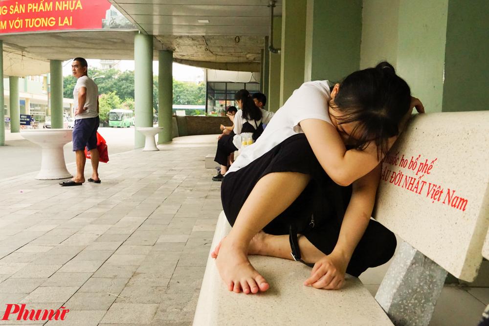 Nhiều người còn ngủ gục sau một ngày dài chăm sóc con tại bệnh viện.