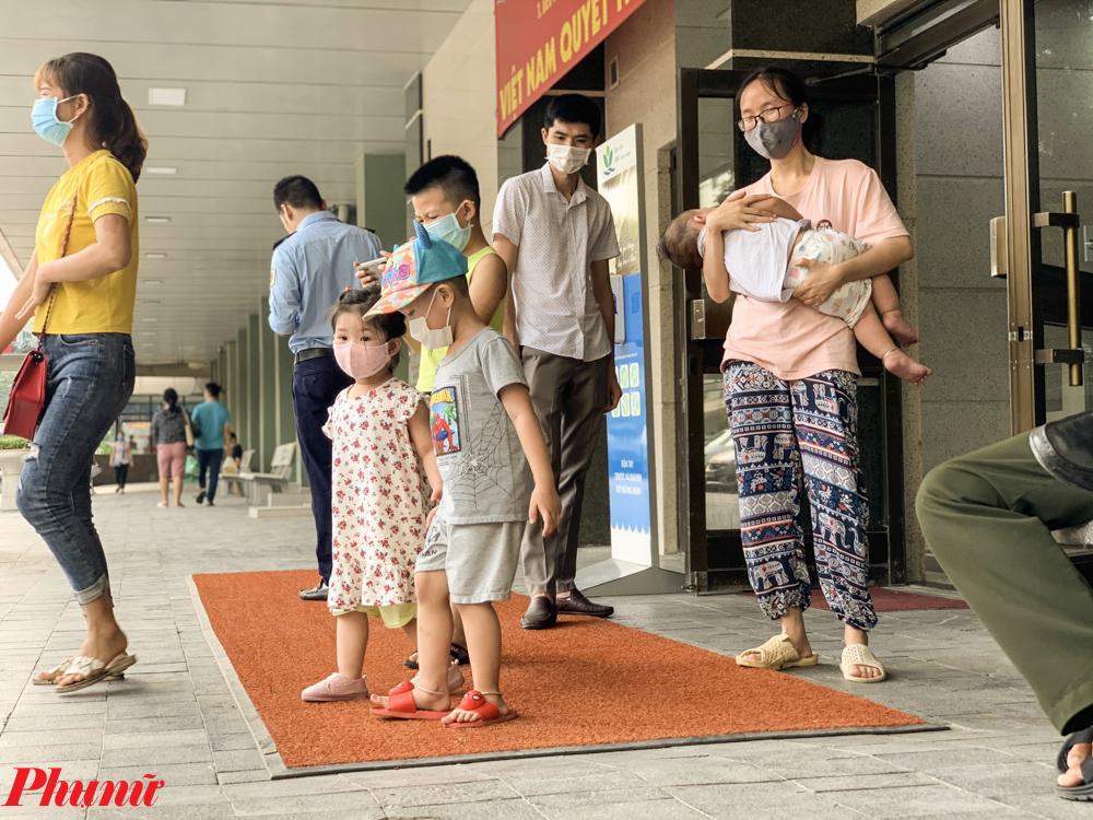 Các bác sĩ tại Bệnh viện Nhi Trung ương cho biết, khi thấy trẻ có những dấu hiệu của say nắng, cần nhờ người gọi xe cấp cứu trong khi tìm cách hạ thân nhiệt của trẻ.
