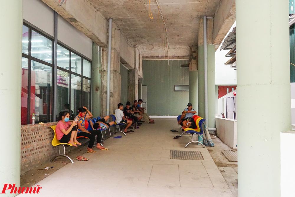 Bên hông phòng khám là nơi chờ đợi của các phụ huynh. Đây cũng là điểm để nghri ngơi của nhiều người khi việc khám bệnh kéo dài.