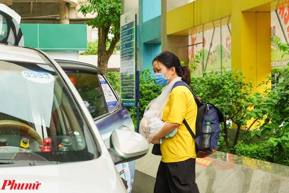 Cũng vì thời tiết khắc nghiệt, nhiều phụ huynh đã chọn phương tiện di chuyển bằng taxi để đảm bảo sức khỏe cho con.