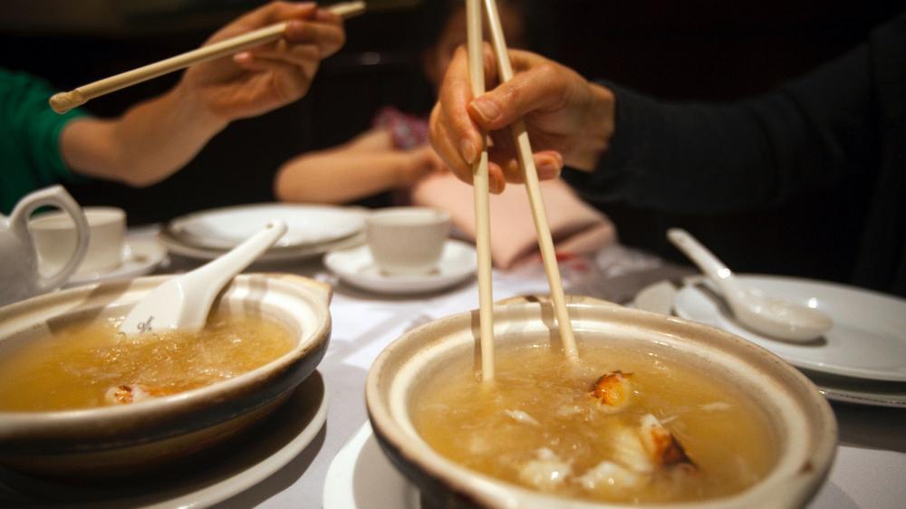 Một gia đình ăn súp bằng đũa tại nhà hàng Trung Quốc Grand Honor ở Vancouver, tỉnh British Columbia, Canada - Ảnh: Reuters