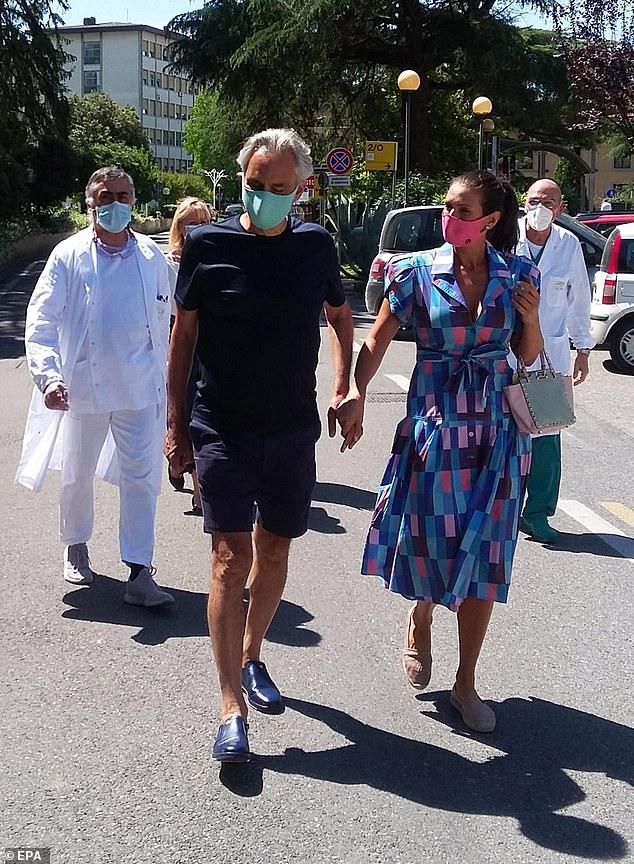 Nam danh ca và vợ xuất hiện tại bệnh viện để hiến huyết tương.