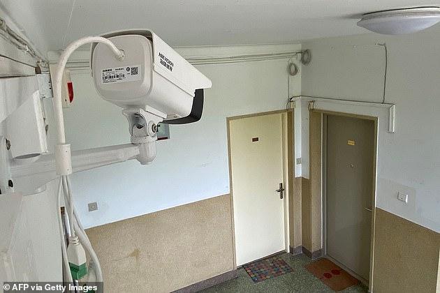 Nhiều người dân phản ánh rằng chính quyền lắp đặt camera ngay trước cửa nhà để giám sát, đặc biệt là những hộ có người nước ngoài sinh sống.