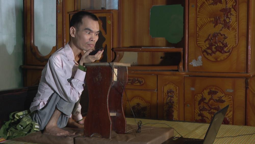 Anh Đặng Văn Tĩnh đang kết nối với những bạn khuyết tật. Ảnh: THP