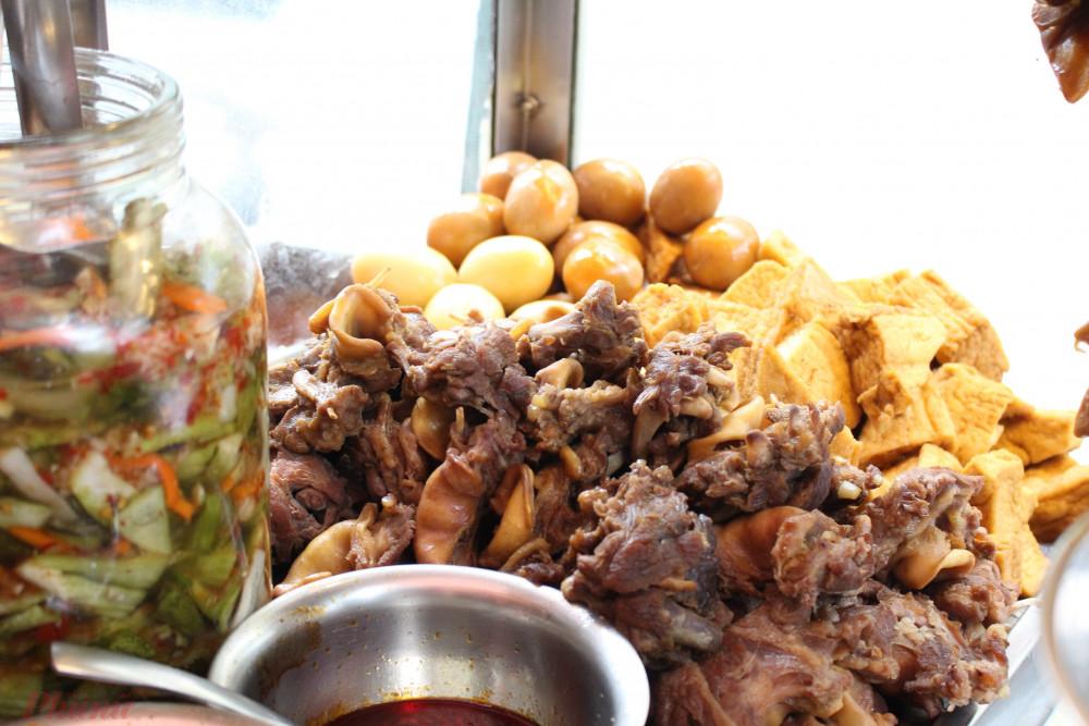 Nếu phá lấu kiểu Sài Gòn thường chấm bánh mì, thì xe phá lấu Tiều trên đường Nguyễn Trãi cho thành phần này vào giữa ổ bánh, ăn kèm cải chua.