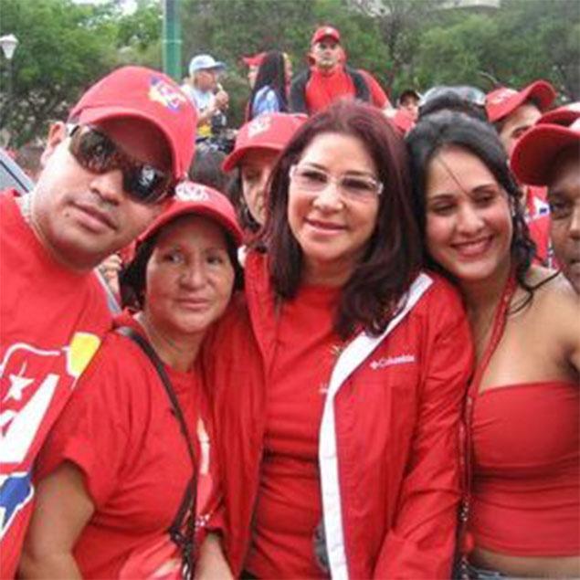 Vệ sĩ Lamas (đeo kính râm) cùng với Flores (mặc áo khoác) và những người ủng hộ tại một sự kiện năm 2010 - Ảnh: Twitter