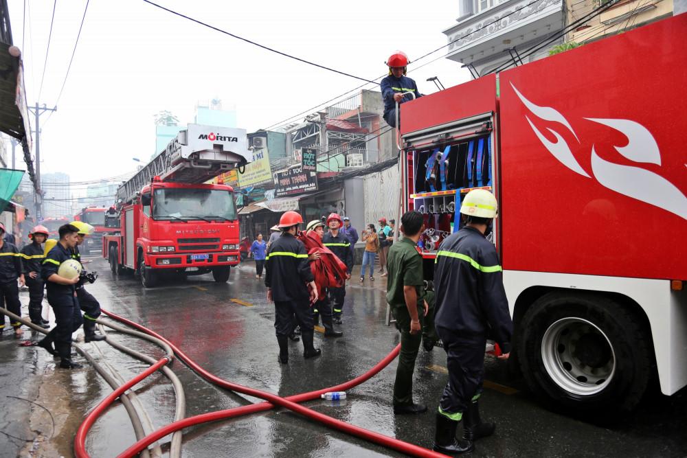 Lực lượng chức năng điều động hơn 10 xe chữa cháy đến hiện trường