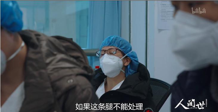 Một y tá tranh thủ chợp mắt vì quá mệt mỏi
