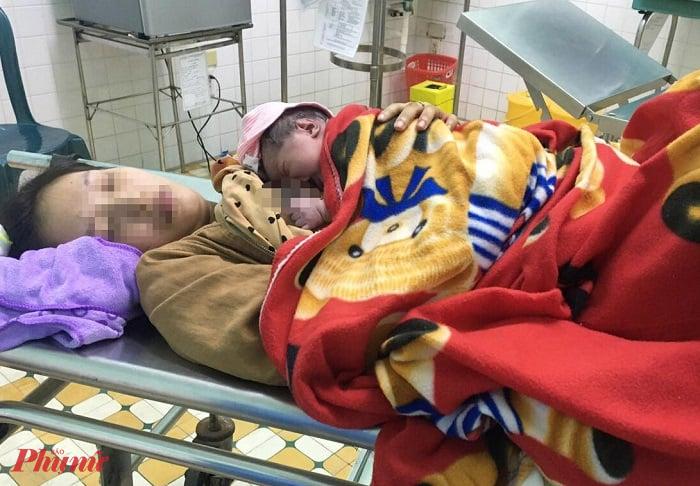 Sản phụ và bé gái được đưa đến trung tâm y tế sau khi vượt cạn nhờ tài xế taxi
